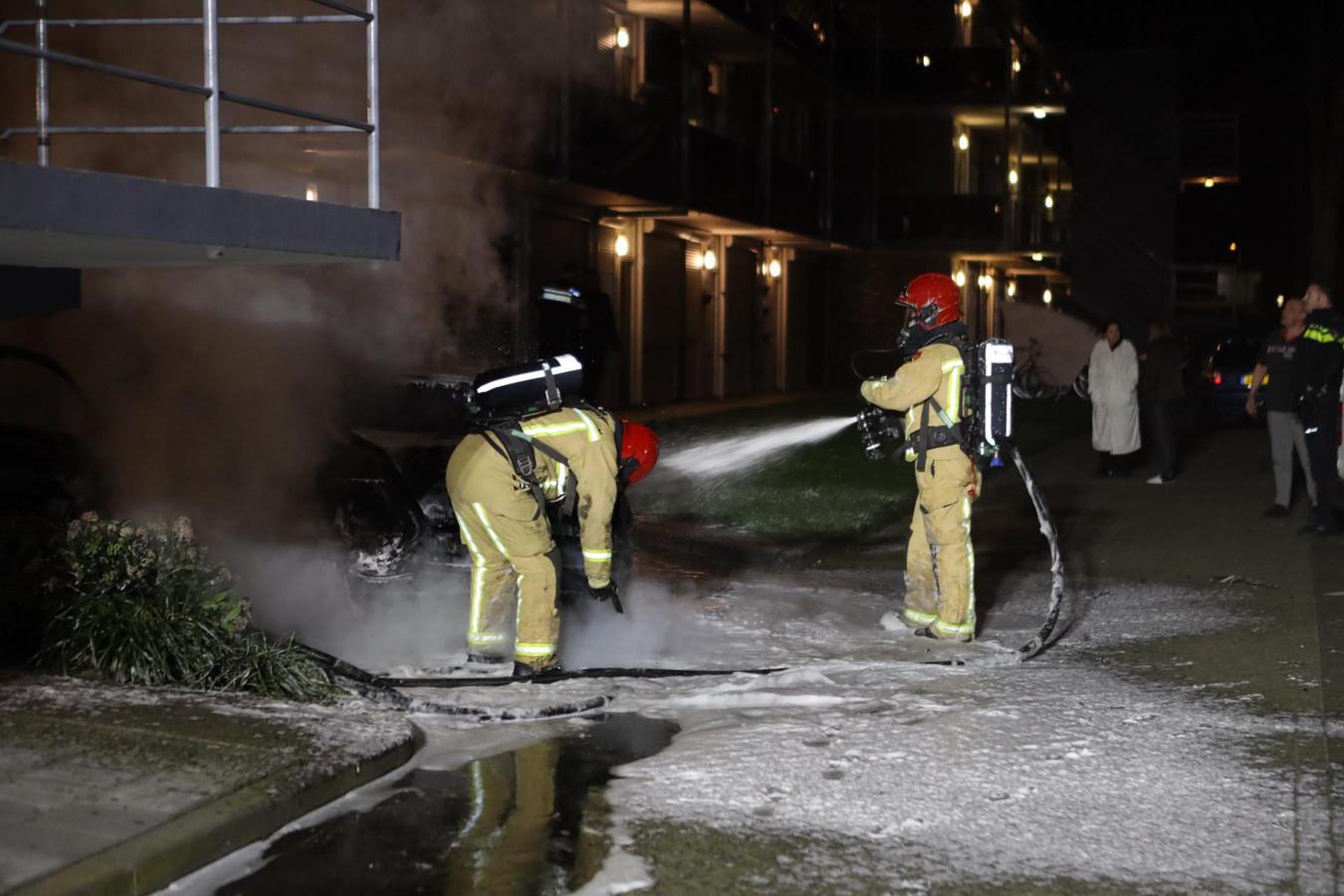 Auto in vlammen op bij het Lidwinahof in Best.