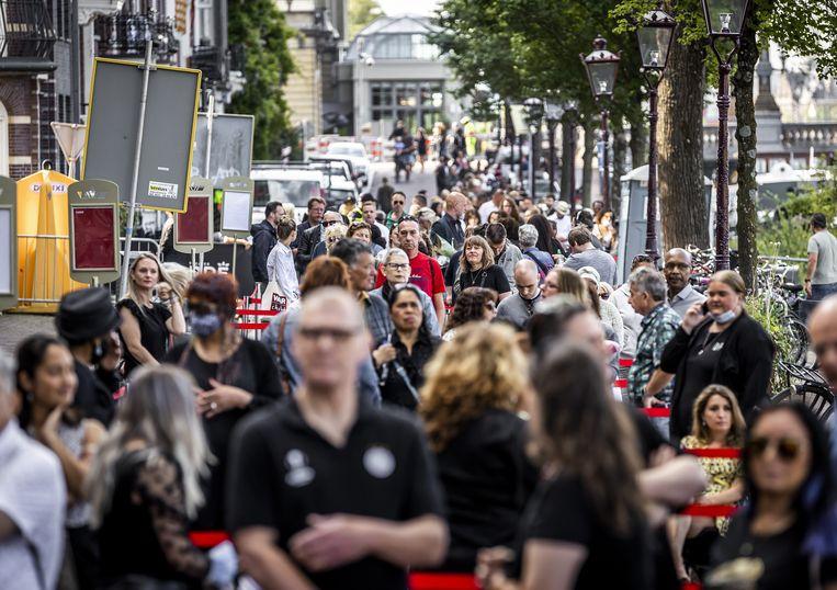 Publiek staat in de rij voor het afscheid van Peter R. de Vries in Koninklijk Theater Carré.  Beeld ANP