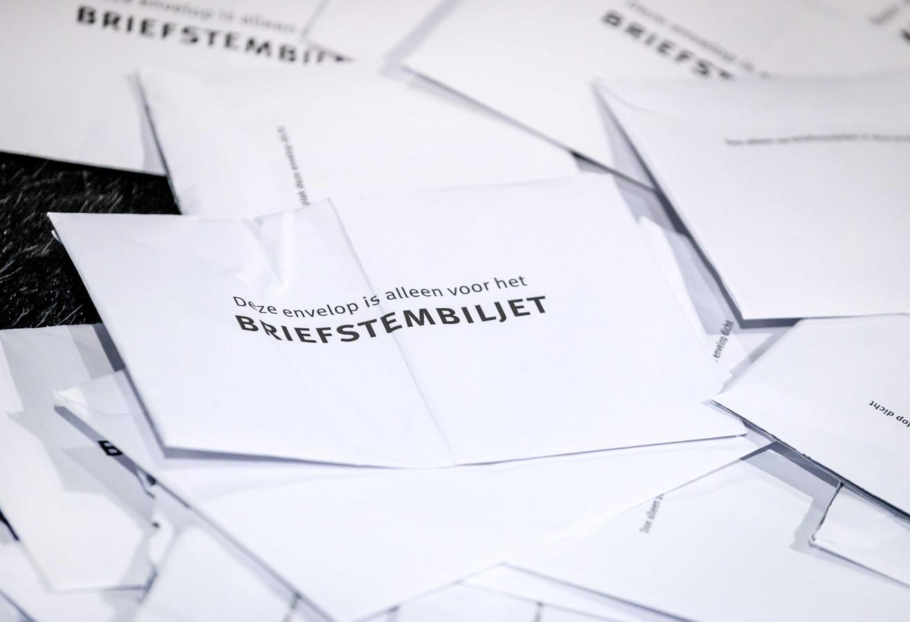 Briefstemmen voor de Tweede Kamerverkiezingen worden geteld in de Jaarbeurs in Utrecht