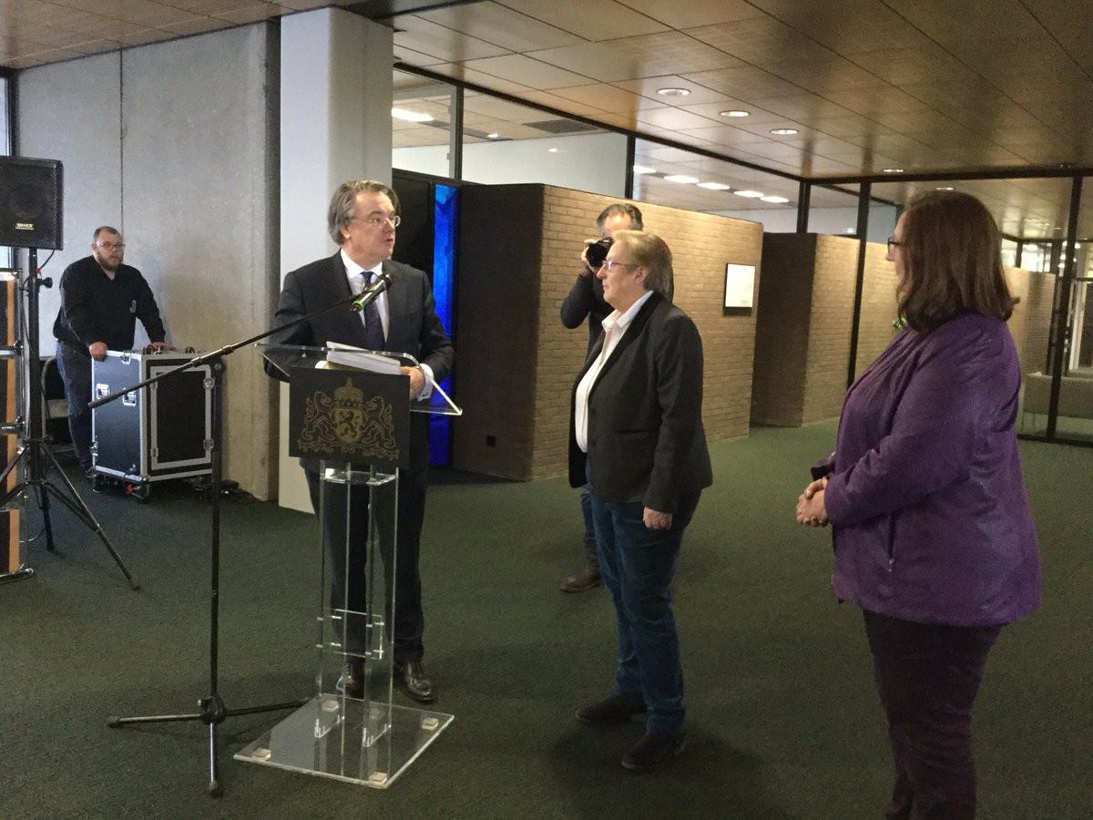 Commissaris van de Koning Wim van de Donk neemt de handtekeningen in ontvangst van het actiecomité Nuenen Zelfstandig