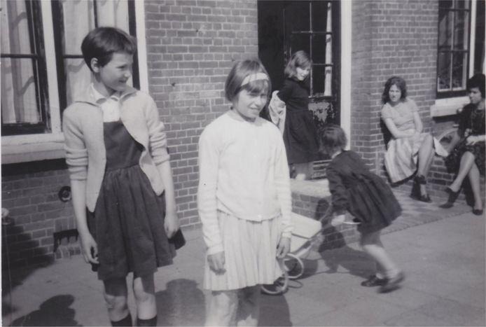Tonnie Camman (links) groeide tussen 1957 en 1972 op in het meisjeshuis van de Martha-Stichting.