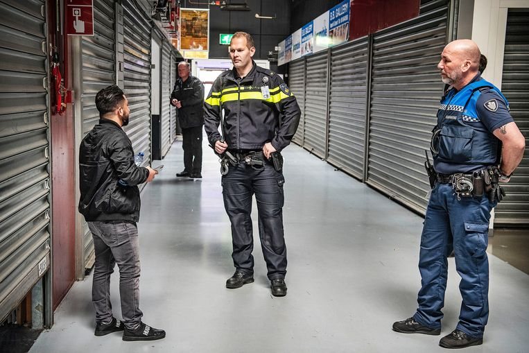 Agent Maarten Boeren en boa Robin Coster in De Bazaar in Beverwijk. Beeld Guus Dubbelman / de Volkskrant