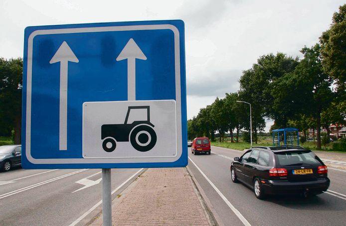 De provincie Gelderland verwijdert op de Rijksstraatweg de aanwezige rijstroken voor landbouwverkeer voor en na de tunnel onder het spoor.
