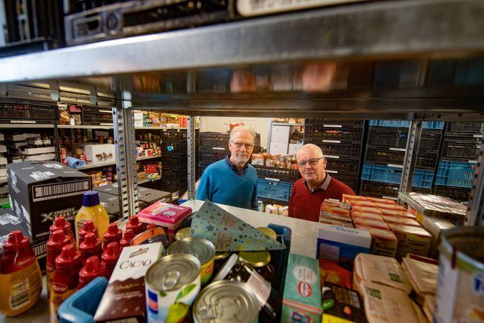 Archieffoto. Wim Vos (l) en Harrie Ruigendijk van de Voedselbank Kampen.