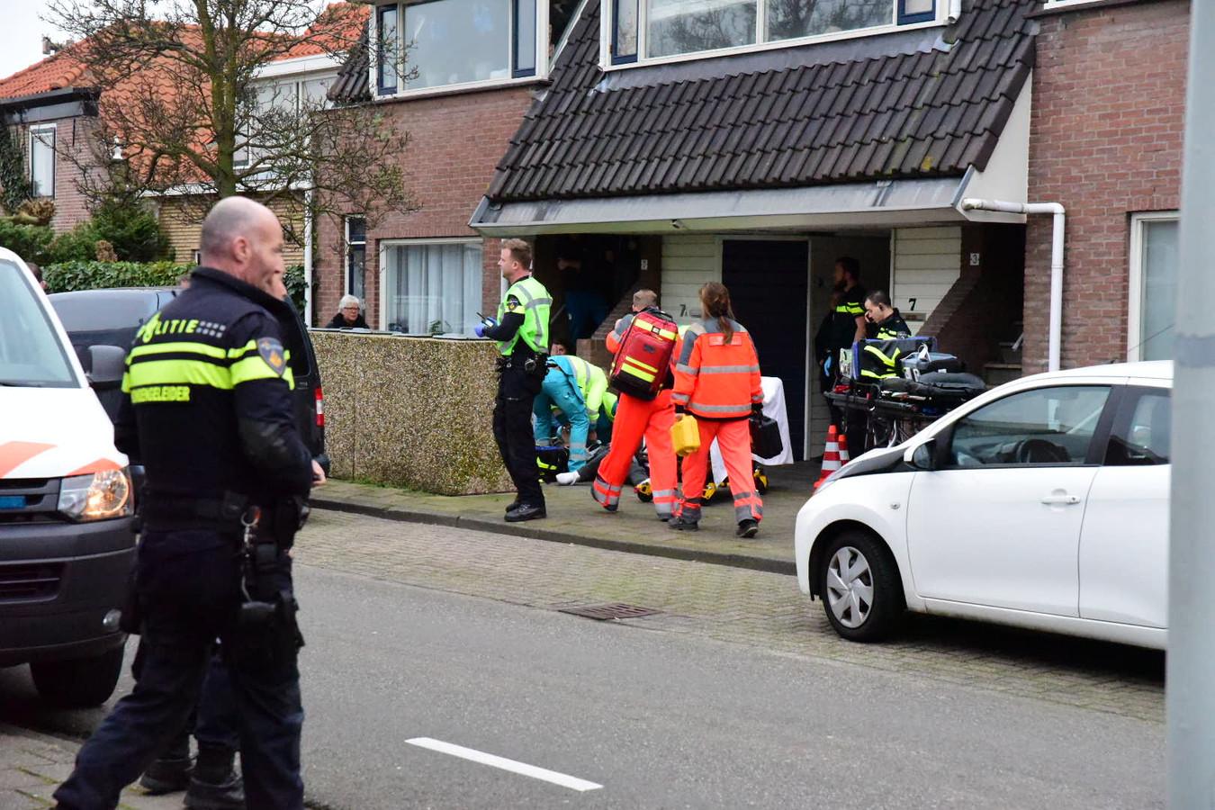 Politie en ambulancemedewerkers in de Sand Ambachtstraat in 's-Gravenzande, waar een man werd neergestoken.
