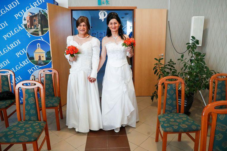 Het Hongaarse transgenderstel Elvira Angyal en Tamara Csillag traden vorige week in het huwelijk in het gemeentehuis  van de Hongaarse stad Polgardi. Beeld REUTERS