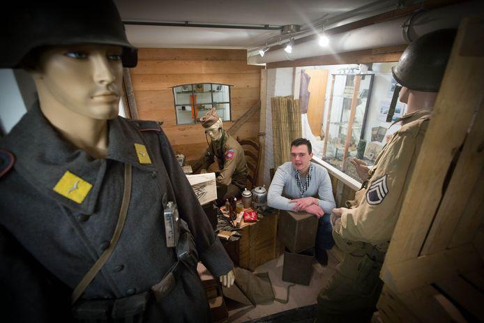 Robert Braam in zijn museum Niemandsland in de kelder van Villa Ganita in Gendt.