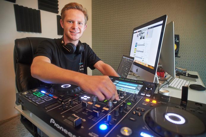 Mees Linders gaat on tour als DJ. Op de foto in zijn studio te Uden.
