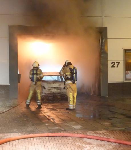 Vuur van brandende auto slaat over naar bedrijfspand, konijnen gered
