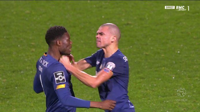 Pepe grijpt zijn teamgenoot bij de keel.