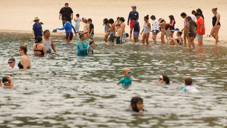 Mensen zoeken verkoeling in Castaic Lake Lagoon in Californië. Beeld Photo News