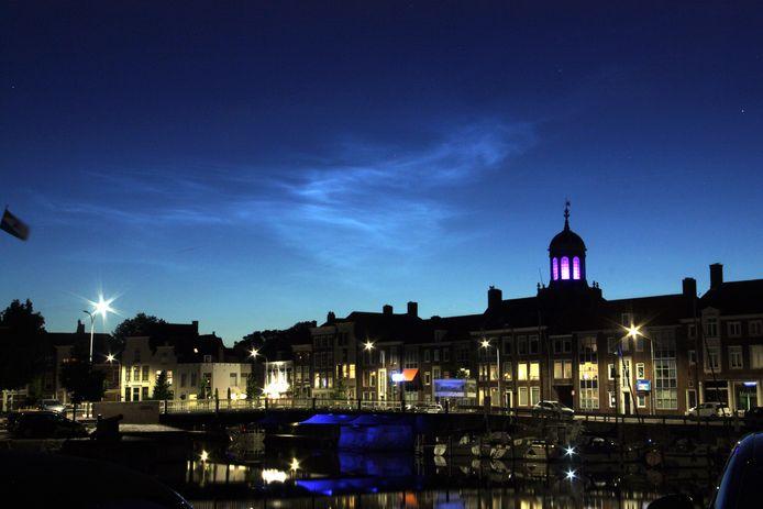 Lichtende nachtwolken boven Middelburg.