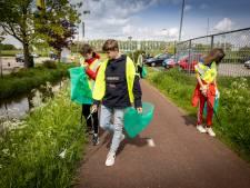 Derdeklassers Eekeringen prikken - niet van harte - zwerfafval in Steenwijk: 'Ik ben toch geen vuilnisman'