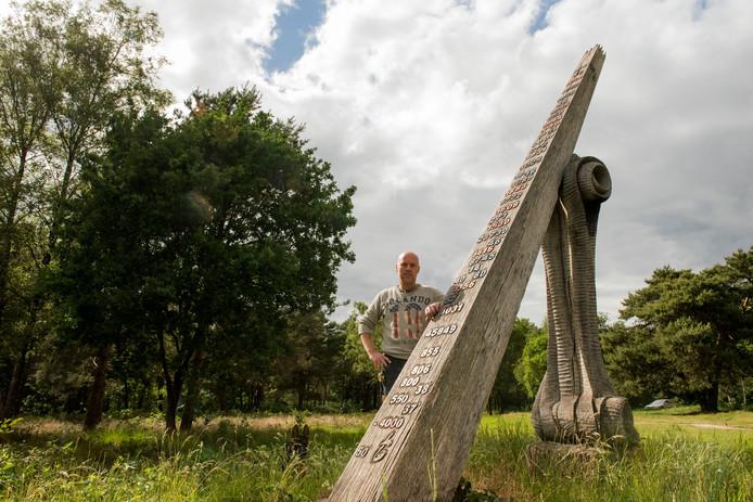 Kunstenaar Jan-Carel Koster bij het kunstwerk Woodhenge De Tijd, toen het nog te zien was aan de Krachtighuizerweg in Putten.
