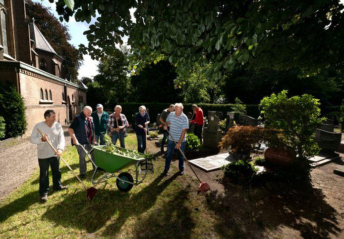 Een aantal vrijwilligers uit de groep die al sinds jaar en dag zorgt dat het St. Trudokerkhof er piekfijn bij ligt.