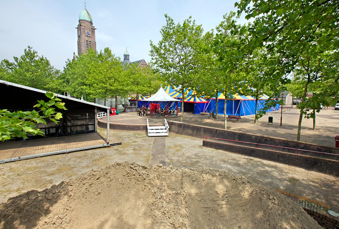 Het Willem Alexanderplein met Variététeringen. Op de voorgrond de kuil waar het gezondheidscentrum moet komen. foto Johan Wouters.