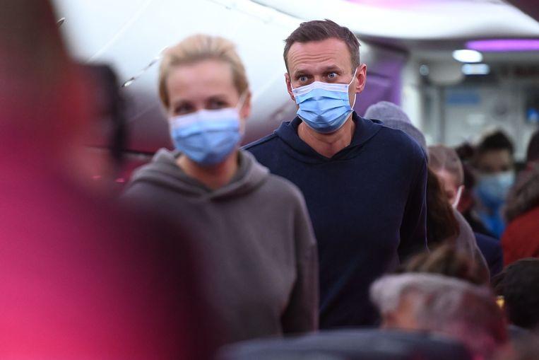 Aleksej Navalny en zijn vrouw Yulia in het vliegtuig naar Moskou. Beeld AFP