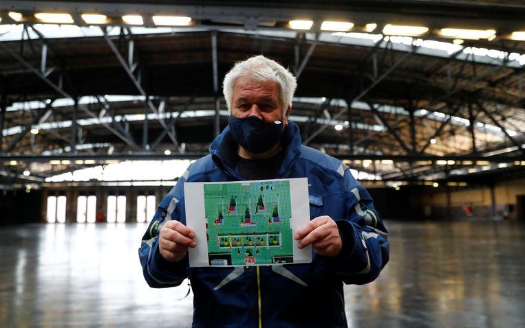 De leider van een Duitse vaccinatiecampagne toont de plattegrond van een prikstraat waarvoor hij in Berlijn voorbereidingen treft. Beeld Reuters