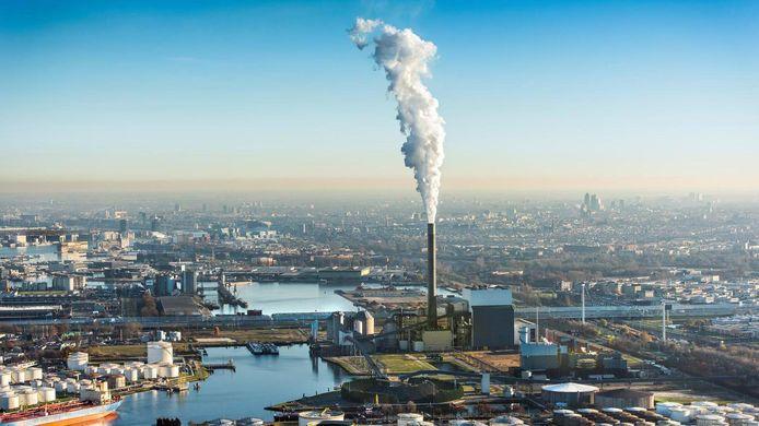 Rokende schoorsteen van de Nuon energie kolencentrale aan de Hemweg in het Westelijk havengebied.