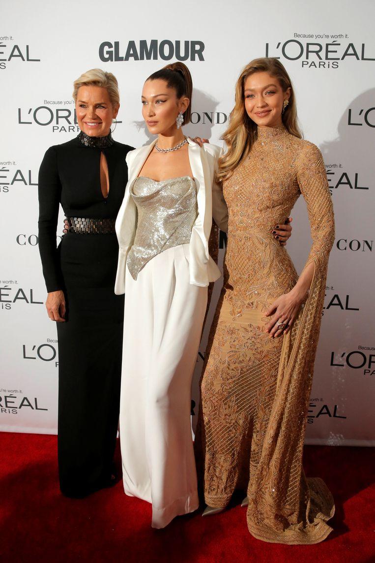 Yolanda Hadid met dochters/supermodellen Bella en Gigi (r.). Beeld REUTERS