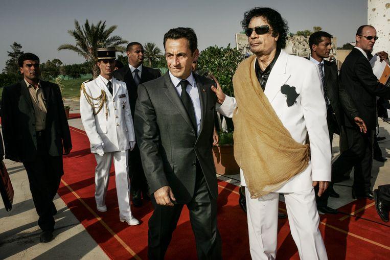 Sarkozy en Kadhafi tijdens een bezoek van de oud-president van Frankrijk in Tripoli. Beeld Getty Images