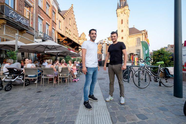 Gerry Vermassen en Lukas Czerwinski aan het terras van Per Tutti op de Grote Markt.