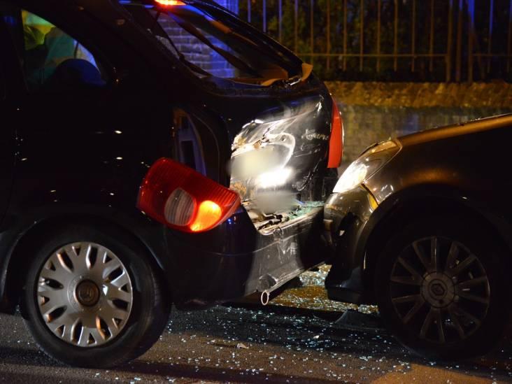 Automobilist ziet afslaande auto over het hoofd en botst er hard op in Breda: vier gewonden