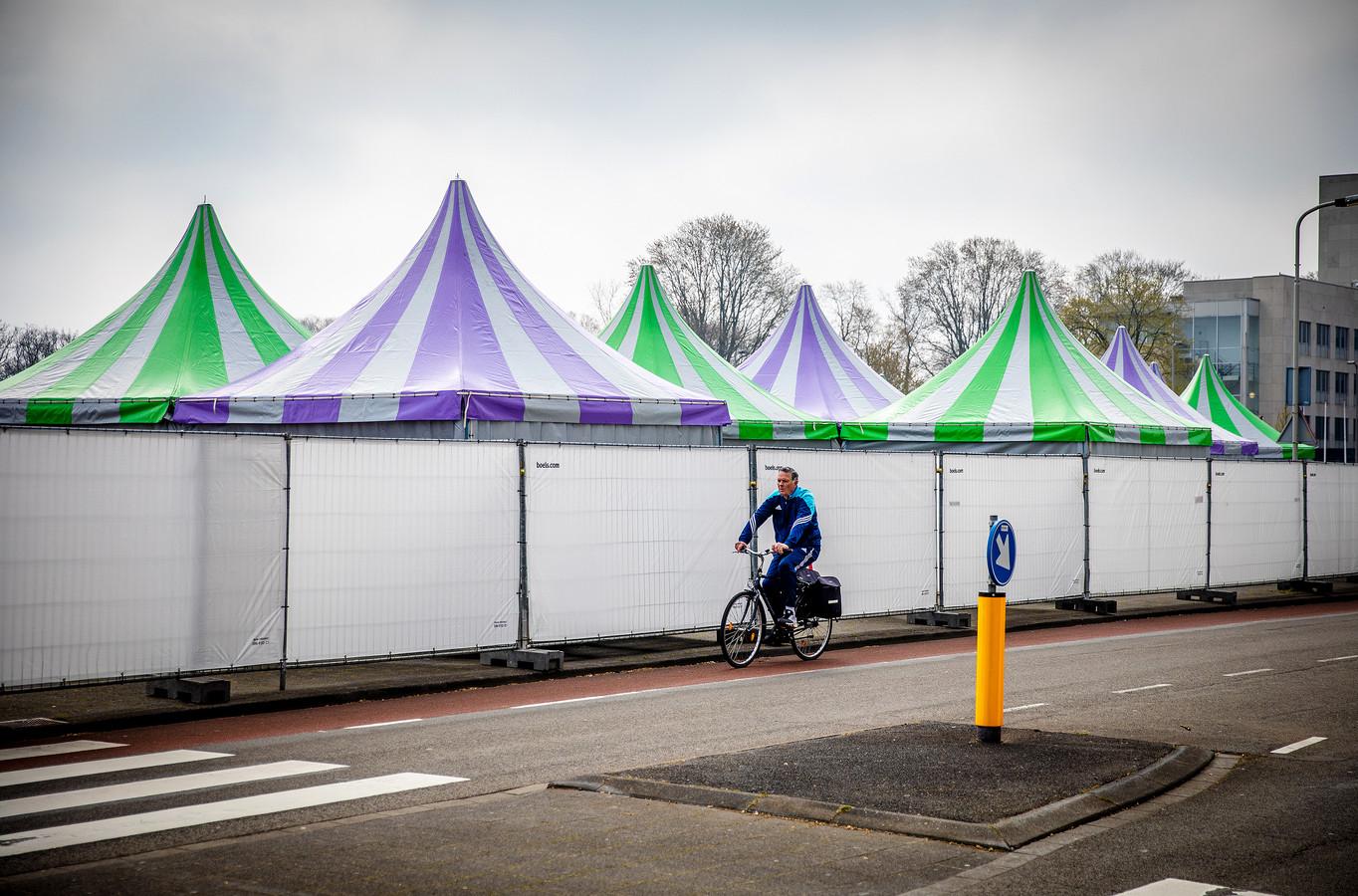 Op het Chasséveld in Breda is de opbouw van het 538 Koningsdag feest in volle gang.