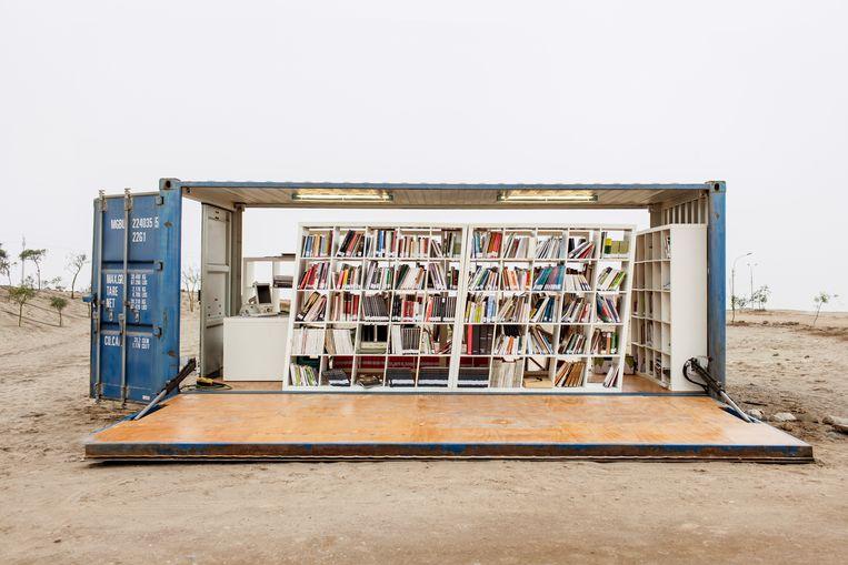 Kookschool Instituto Pachacútec ligt middenin de stoffige woestijn die Lima omringt. Een container met kookboeken doet dienst als bibliotheek.  Beeld Yvonne Brandwijk I Future Cities