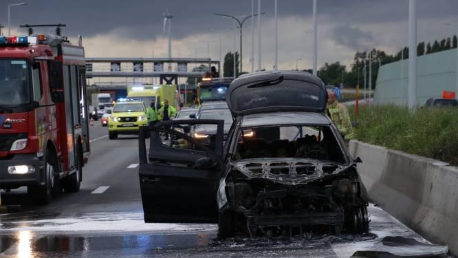 Wagen uitgebrand na kleine kettingbotsing op E17 in Kruibeke
