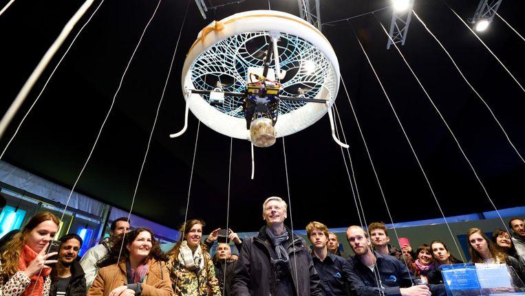 Een prototype van de zorgdrone bezorgt drankjes in het 'dronecafé' dat de TU Eindhoven ter gelegenheid van zijn 60-jarig bestaan vorig jaar opende. Beeld HH