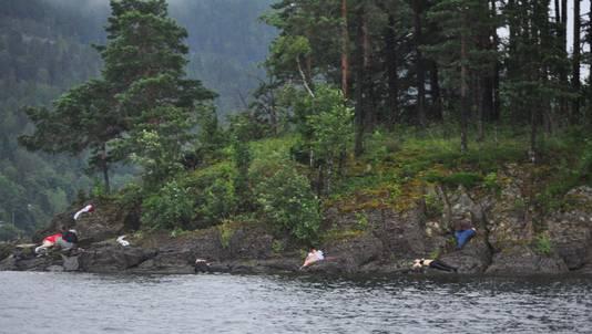 De kustlijn van Utoya is bezaaid met lichamen.