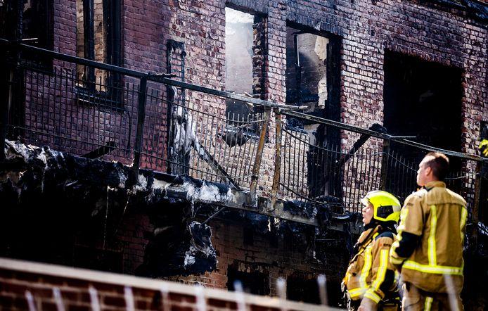 Een deel van de woningen die door de brand onbewoonbaar is geworden.