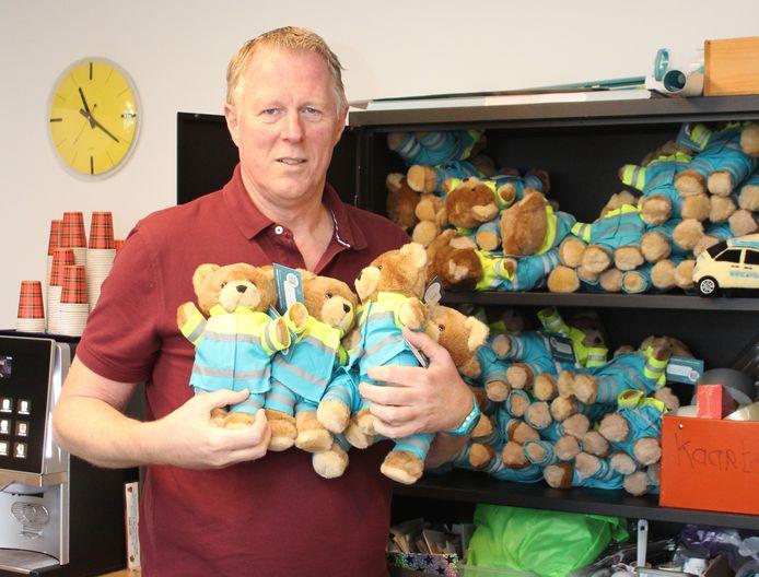 Kees Veldboer met de beertjes van de Stichting Ambulance Wens die naar Mario vernoemd zijn