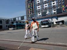 Blinden balen al jaren van chaotisch Stationsplein in Nijmegen, nu laten ze ambtenaren oversteken: 'Ik ben de weg kwijt'