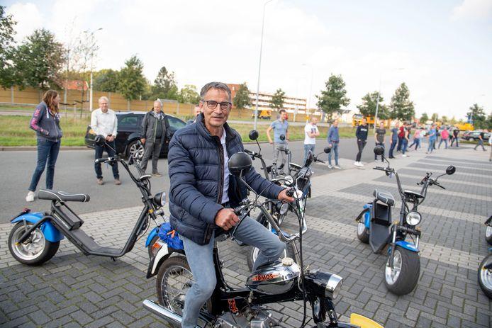 Net als 50 jaar geleden rijdt Ben Schrijver op zijn laatste werkdag met een Tomos van Lemelerveld naar Almelo.