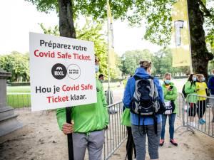 """Bientôt une solution à l'absurde: un Covid Safe Ticket """"rouge"""" pour les vaccinés infectés"""