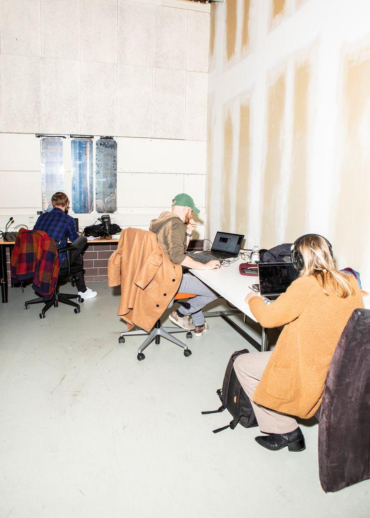 De redactie van DWHN aan het werk, met in het midden Gerthein Boersma en rechts Sanne Verkaaik. Beeld Hilde Harshagen