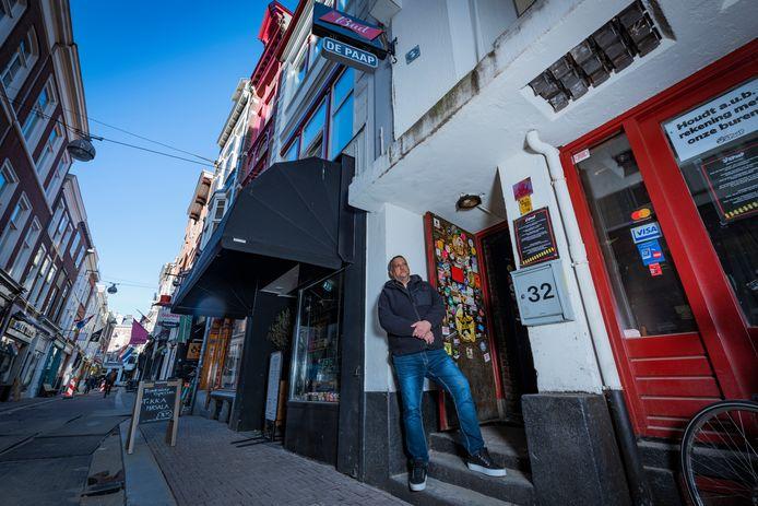 """Bonni May staat weer even op zijn vertrouwde plek voor de deur van Muziekcafé De Paap: ,,Het mooiste is als je niet hoeft op te treden. Dan doe je je werk eigenlijk heel goed""""."""