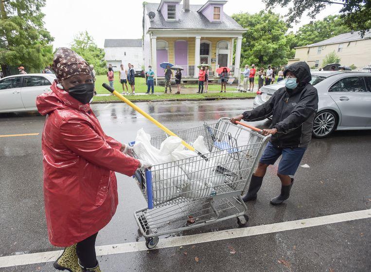 Inwoners van New Orleans bereiden zich met zandzakken voor op de storm die komen gaat.  Beeld AP