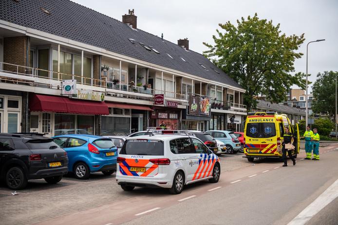 Agenten en ambulancemedewerkers bij het huis waar de Alphense in haar nek werd gestoken.
