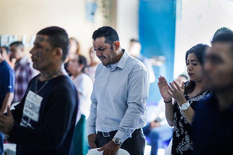Wilfredo Gomez, vroeger lid van Barrio 18 en ex-gevangene, buigt deemoedig het hoofd voor God.  Beeld JOSE CABEZAS