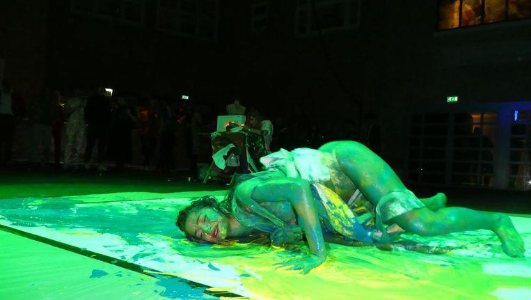 Danseres Amira al Rawi en verderop, achter de naaimachine, Isabell Schulz, kunst/fashiondesign/dans. Beeld Hans van der Beek