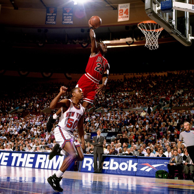 Michael Jordan in 1993. Het legendarische nummer 23 van de Chicago Bulls zweeft naar de ring voor een slamdunk tegen de New York Knicks.     Beeld NBAE via Getty Images
