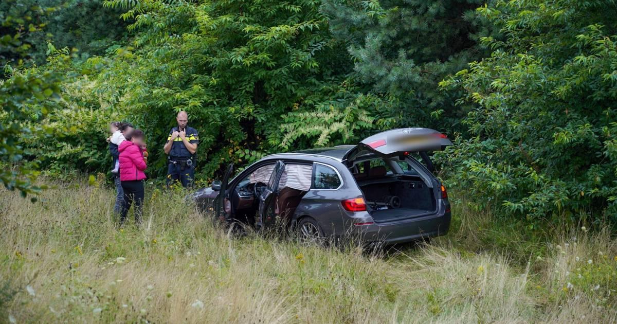 Auto schiet de berm in na aanrijding op beruchte kruising bij Arnhem.