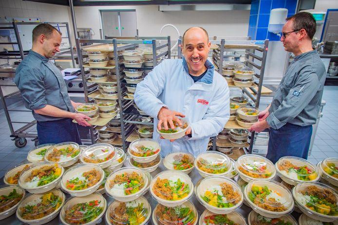 Ben Lachhab biedt ouderen hulp met kant-en-klare maaltijden.