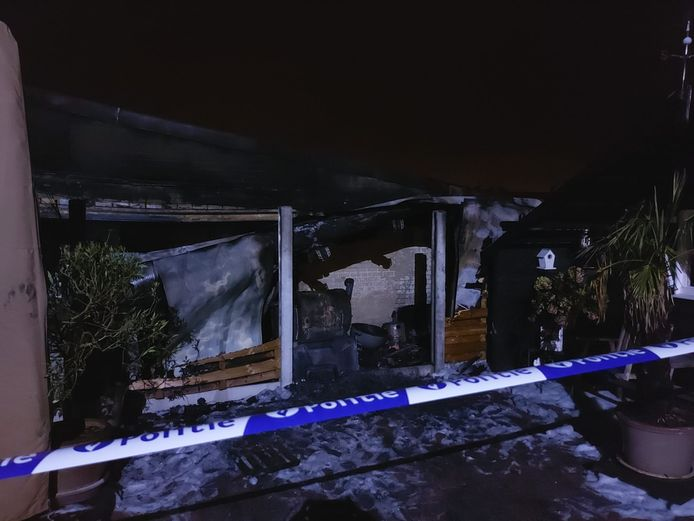 De garage brandde volledig uit.