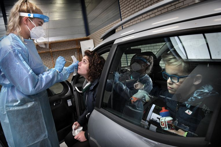 Coronateststraat in Oldenzaal. Volgens cijfers van het CBS zijn hoogopgeleiden afgelopen coronajaar anderhalf keer vaker getest op het coronavirus dan laagopgeleiden. Beeld Marcel van den Bergh
