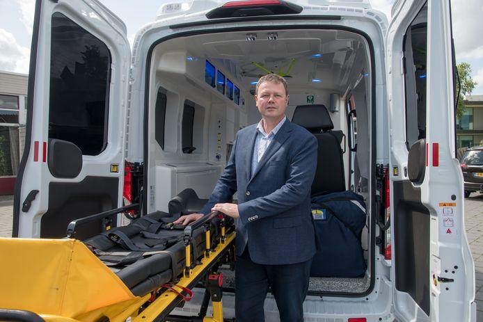 Paul Landwaart, toen hij nog voorzitter was van de Rode Kruis afdeling Elburg en Oldebroek bij een ambulance die de lokale vereniging vorig jaar kreeg.