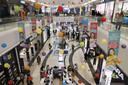 Premier Netanyahu besloot het afgelopen weekeinde winkelcentra en musea weer open te stellen voor het publiek, op voorwaarde dat iedereen voldoende afstand houdt en een mondkapje draagt